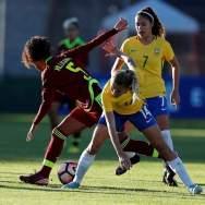 La jugadora Isabella De Almeida (d) de Brasil disputa un balón con Hilaris Villasana (i) de Venezuela hoy, domingo 28 de enero del 2018, en Ambato (Ecuador), durante el encuentro por el Sudamericano Sub 20 Femenino. EFE/José Jácome