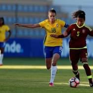 La jugadora Ana Victoria (i) de Brasil disputa un balón con Hilaris Villasana (d) de Venezuela hoy, domingo 28 de enero del 2018, en Ambato (Ecuador), durante el encuentro por el Sudamericano Sub 20 Femenino. EFE/José Jácome