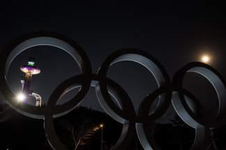 EPA1959. PYEONGCHANG (COREA DEL SUR), 31/01/2018.- Vista de la superluna junto a los anillos olímpicos en el centro de salto de esquí para los Juegos Olímpicos de Invierno 2018 en PyeongChang (Corea del Sur) hoy, 31 de enero de 2018. Millones de personas aguardan hoy al eclipse total de la llamada superluna azul, la segunda luna llena del mes y en su posición más cercana a la Tierra, fenómeno que se podrá ver principalmente desde Norteamérica, Asia y Oceanía. EFE/ Christian Bruna