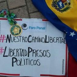 Con la pancarta y la bandera tricolar Gabriel Chacón corrió el maratón