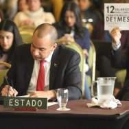 """El representante del Estado Venezolano, Larry Devoe, escucha a miembros de la Comisión Interamericana de Derechos Humanos (CIDH) mientras asistentes a la audiencia pública """"Derecho a la alimentación y a la salud de Venezuela"""", protestan contra el Gobierno de Caracas hoy, 27 de febrero de 2018, en Bogotá (Colombia)/ Foto: EFE"""