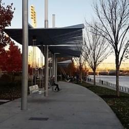 Los columpios dobles y triples de Waterfront Park son para adultos y niños por igual