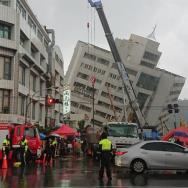 Vista de un edificio ladeado tras el terremoto en Hualien, en el este de Taiwán/ Foto: EFE