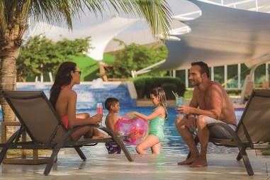 Familia en la piscina (1) -Hotel Wyndham Concorde Margarita