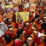 Mujeres de Akhil Bhartiya Terapanth Mahila Mandal (ABTMM) participan con pancartas en la manifestación de mujeres, con motivo del Día Internacional de la Mujer, en Mumbai (India) hoy, 8 de marzo de 2018/ Foto: EFE