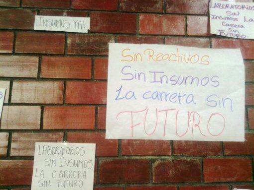 """""""Sin insumos la carrera sin futuro"""" fue la frase más utilizada por el estudiantes como queja / Foto: Jesús Quintero"""