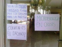 Las oficinas de Escuela de Farmacia y Bioanálisis de la ULA amanecieron con pancartas hechas por estudiantes/ Foto: Jesús Quintero