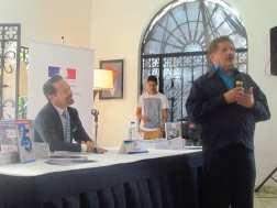 El embajador Nadal presentó al artista plástico Juvenal Ravelo