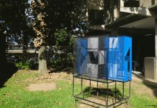 Escultura cinética en hierro policromado de a Jesús Soto, ubicada en la FAU de la UCV