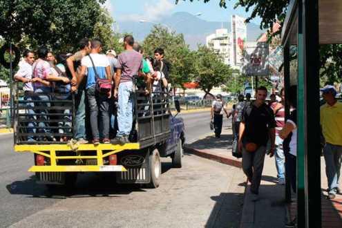 """Carabobeños han optado por usar las llamadas """"perreras"""" para trasladarse ante la falta de unidades de transporte"""