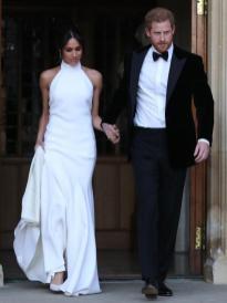 Para la celebración de su boda, Meghan Markle eligió un vestido de escote halter de Stella McCartney