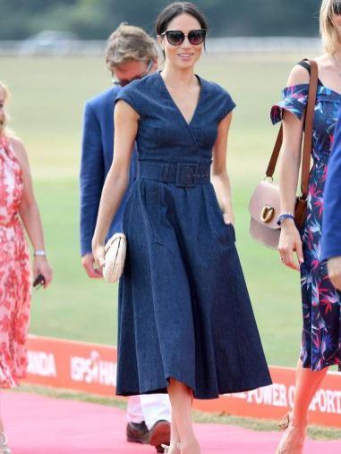 En el torneo benéfico de polo Sentable que jugaba el príncipe Harry, a Markle se le vio con un vestido de corte lady en tejido denim de Carolina Herrera