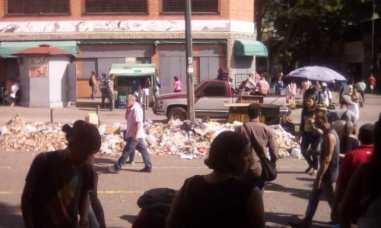 Catia: Montaña de basura frente a la estación del Metro Plaza Sucre / Foto: @FloresTaizen