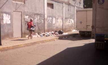 Catia: Basura abarcan las aceras / Foto: @FloresTaizen