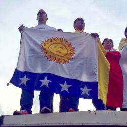 Juan Guaido con la bandera de Vargas