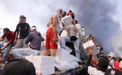 Un grupo trataó de actuar para rescatar del fuego alimentos y medicinas/Foto: EFE