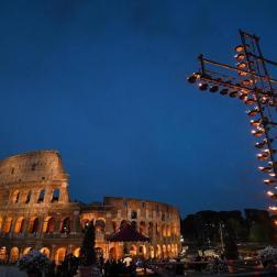 Papa realizó via crucis en Coliseo romano Foto: EFE