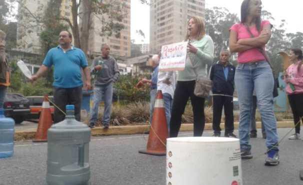 Con tobos y otros envases manifestantes se concentran en los Altos Mirandinos para exigir agua/Foto: @dmurolo
