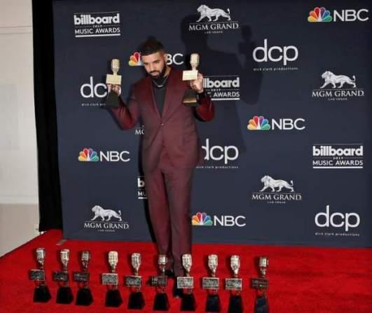 Drake posa con sus estatuillas en los Billboards 2019 / Foto: EFE