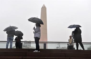Fotografía del centro de Buenos Aires, este domingo en medio de un apagón que afectó Argentina,
