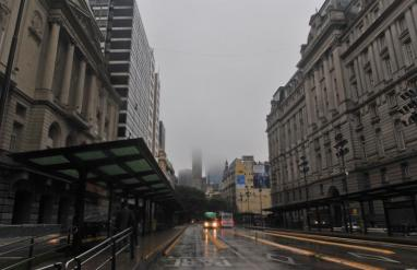 Fotografía del centro de Buenos Aires, este domingo en medio de un apagón que afectó Argentina, Uruguay y Paraguay