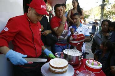 Demostración de cobertura de tortas en Repostelandia / Foto: EFE