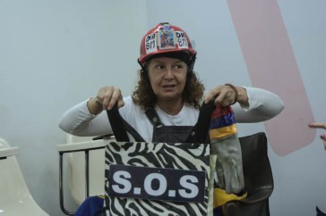 Señora del casco rojo asistió a analitica.com para ser entrevistada/ foto: @rastavafotografia