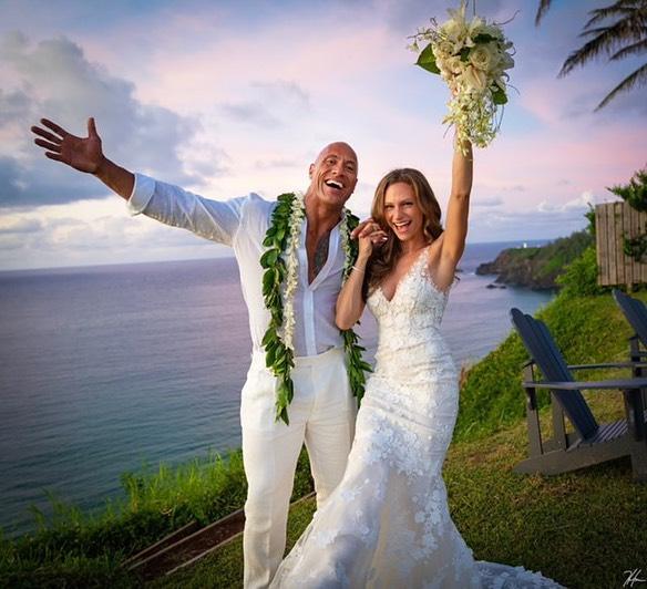 """Dwayne """"The Rock"""" Johnson se casa por sorpresa en Hawaii"""