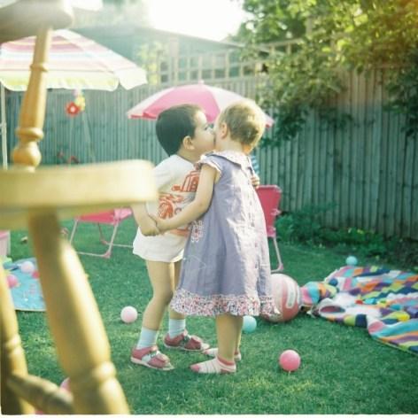 Fotografía de dos niños hecha por Dan Barry con una Lubitel 166B