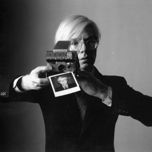Andy Warhol con una Polaroid sx-70
