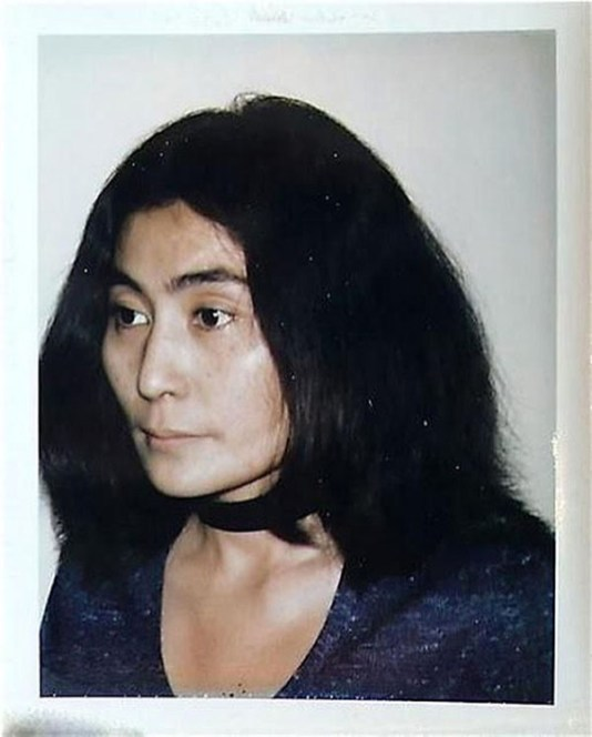 Foto hecha por Andy Warhol a Yoko Ono
