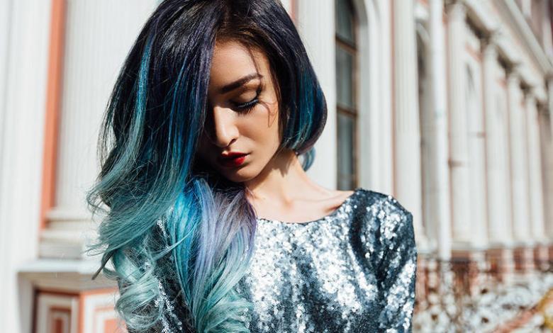 كيفية صبغ اطراف الشعر باللون الازرق
