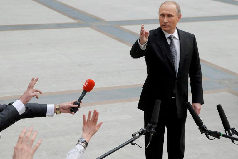 Ρωσία, η πλέον πολύφερνη νύφη Russian President Vladimir Putin gestures during a meeting with journalists after a live broadcast nationwide call-in in Moscow, Russia, April 14, 2016. REUTERS/Maxim Shemetov TPX IMAGES OF THE DAY - RTX29Y42