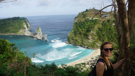 The little island of Nusa Penida is just an hour by boat from Bali, but very few tourists make it. No idea why, because this place has by far the most beautiful beaches!!
