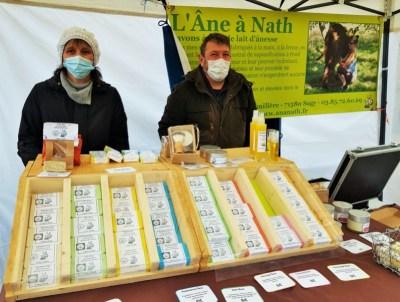 Photo de Nath et Claude sur le stand l'Âne à Nath au marché de producteurs de Romenay, le 7 février 2021