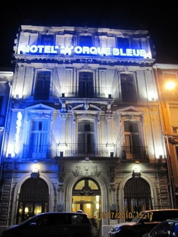 A fachada de nosso hotel, à noite.