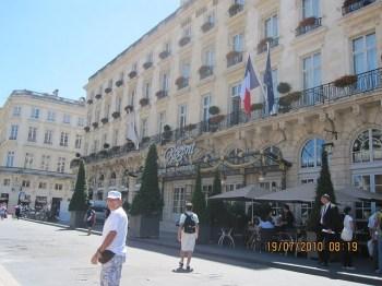 Em frente ao hotel Regent.