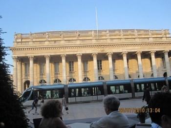 O trem-metrô urbano e o Grand Théâtre atrás