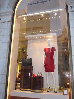 Admirando as vitrines (Salvatore Ferragamo, Chanel,  Versace, Valentino...