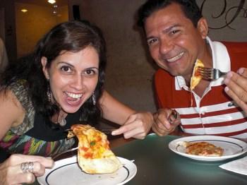 Nossa amiga Gleide e San devorando pizza!