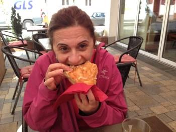 Devorando um zwiebelkuchen num café em Bahlingen
