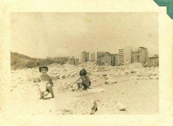 No Rio. Brincando com meu mano no Aterro do Flamengo, ainda em construção (ôps!).