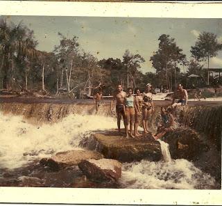 Manaus. Com primas e meu pai. Eu, sentada na pedra de maiô azul