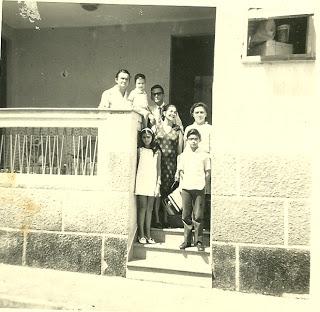 Em Belém na casa do amigo de meu pai: Eu,  um filho do casal, minha mãe (atrás de mim), a esposa do amigo de pai e meu pai (de óculos), Adelino seu amigo, e um bebê também filho do casal de Belém.