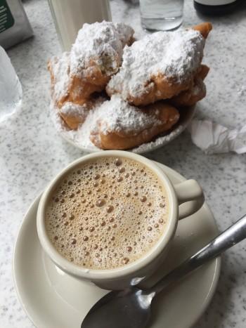 """Os famosos """"beignets"""" e um cafezinho com leite pra acompanhar!"""