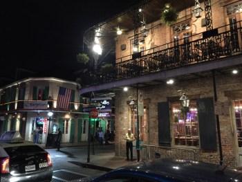 Balcões na Bourbon St. Desde aí jogam os famosos colares!