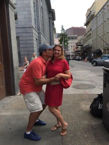 Depois de umas cervejas, é isso que dá! Romance no meio da rua (risos).