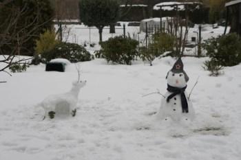O Alce e o Boneco de Neve, no quintal da casa!