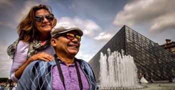 Nós e a Pirâmide do Louvre *