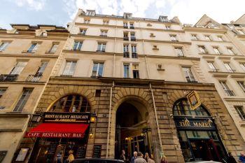 """Fachada do prédio onde ficava nosso ap., e ao centro a entrada da galeria (""""Cours de Commerce""""."""